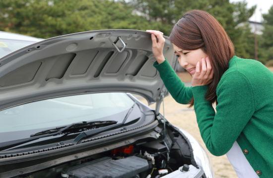 車が故障して困っている女性