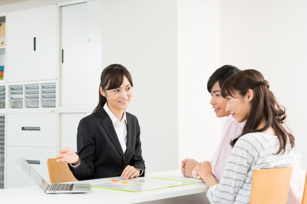 代理店型で保険に加入する夫婦