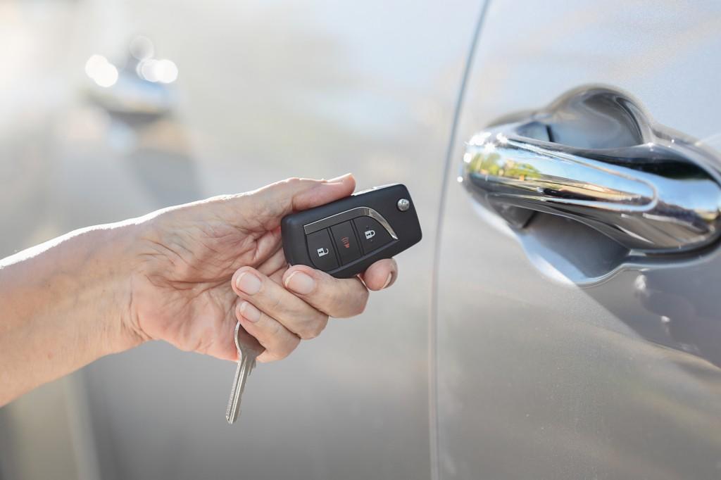 車のキーをロック