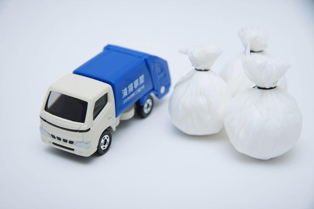 ゴミ収集車とゴミ