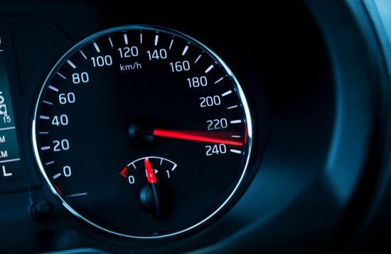 車のスピードを一気に加速させる