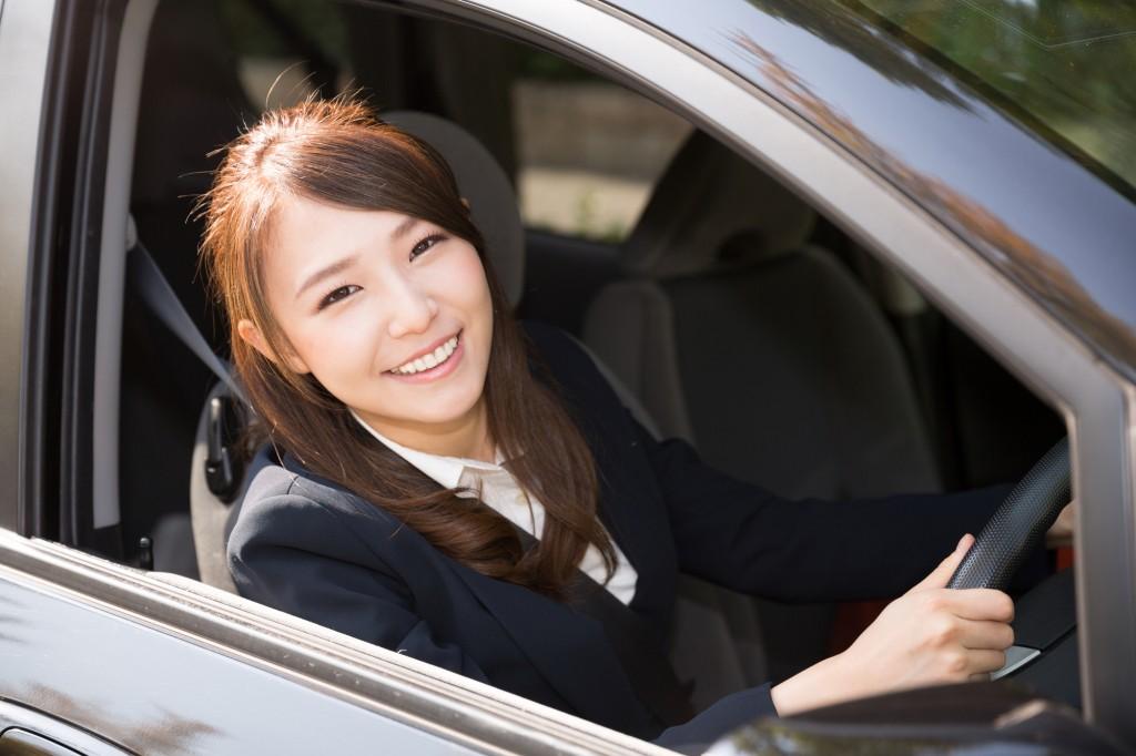 笑顔で車にのる女性