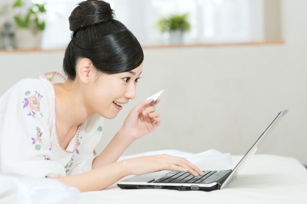 ネットで買い物する女性