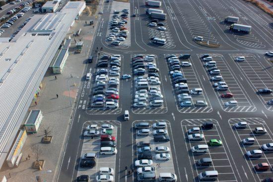 サービスエリアの駐車場