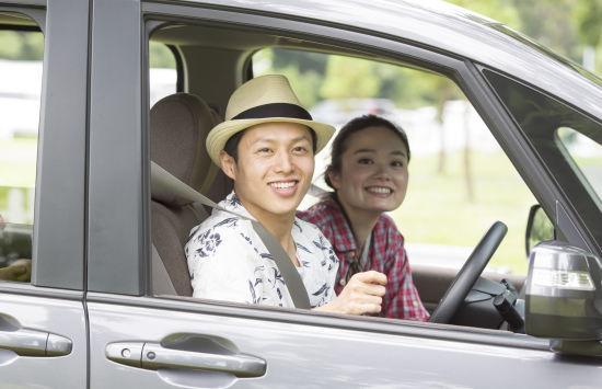 夫婦で車に乗る