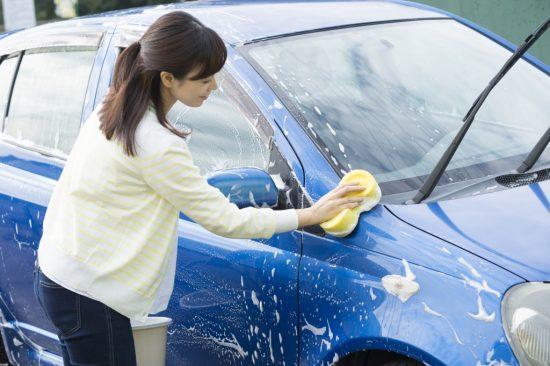 洗車をする女性