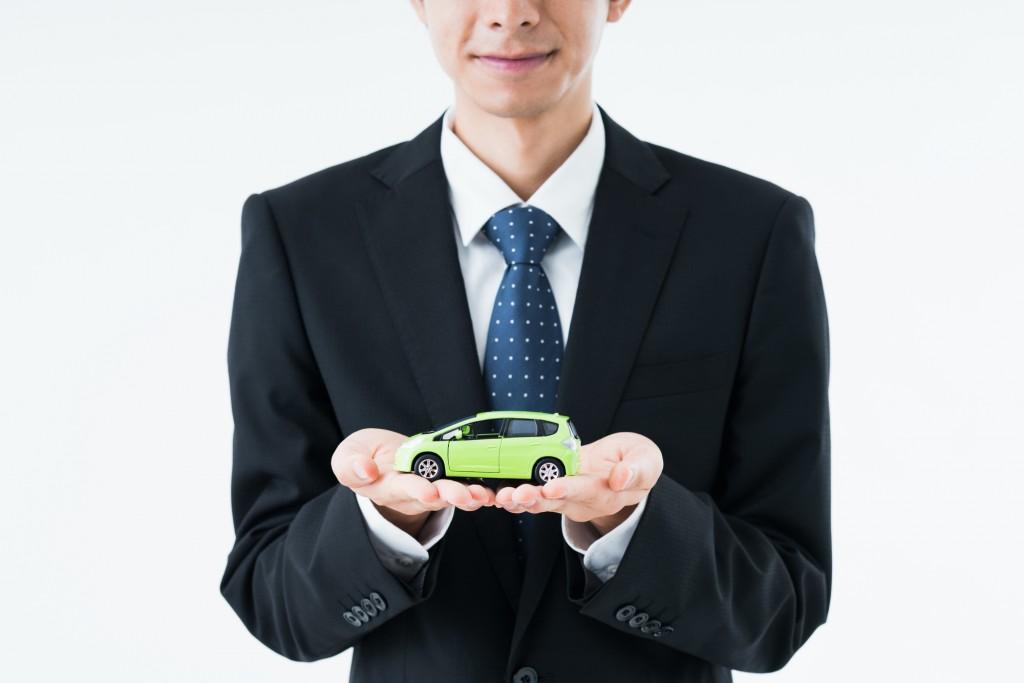 車を持つ男性