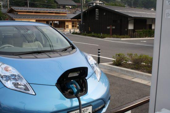充電する電気自動車