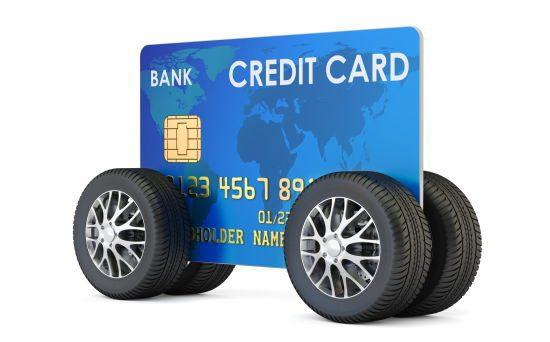 クレジットカードを載せたタイヤ