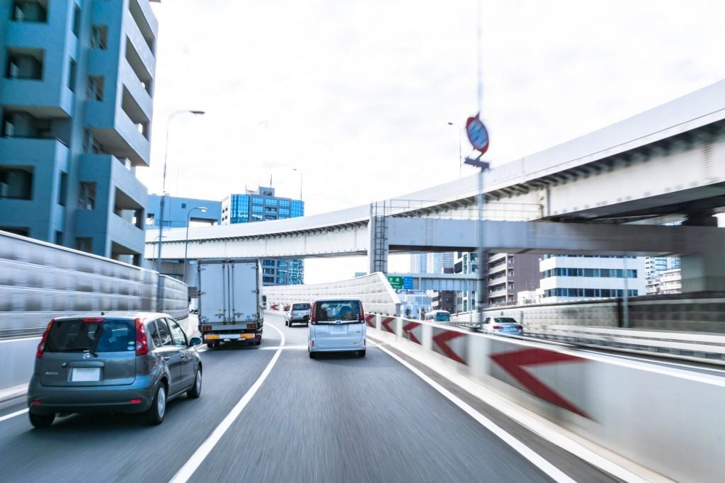 高速道路を走る車