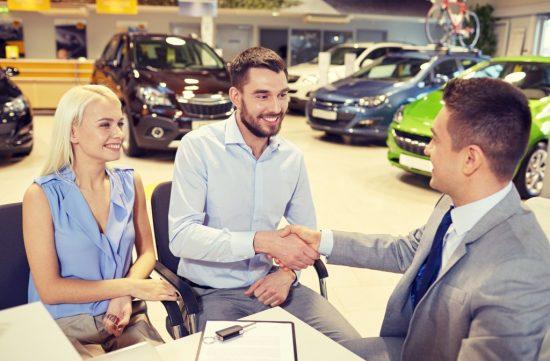 ディーラーで自動車保険を契約する男性