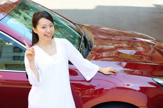 車の前に立つ女性