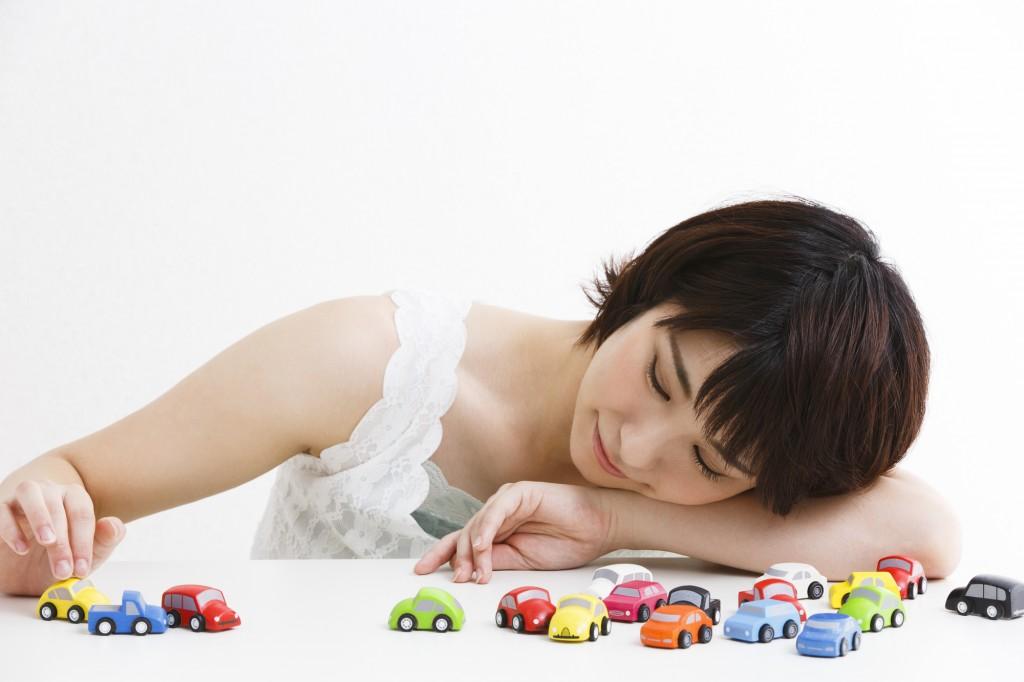 車を選ぶ女性