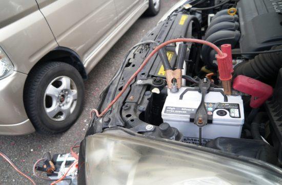 バッテリー上がりを解決するためのジャンピングスタート