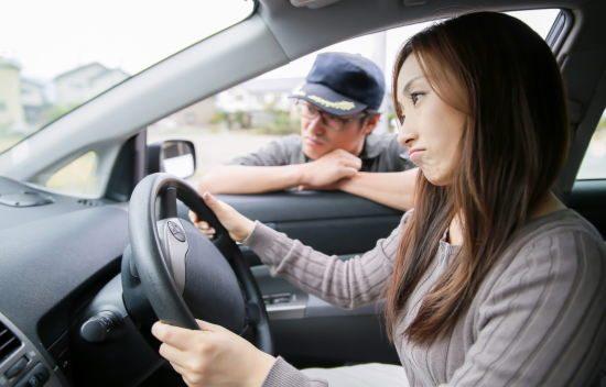 車内で悩む女性