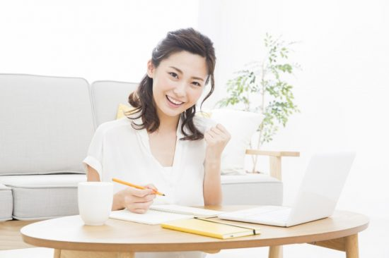 パソコンで事前準備をする女性