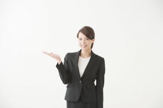 提案する女性
