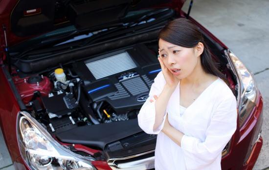車の故障に悩む女性