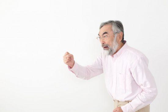 怒る初老の男性