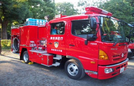火事を消火する消防車