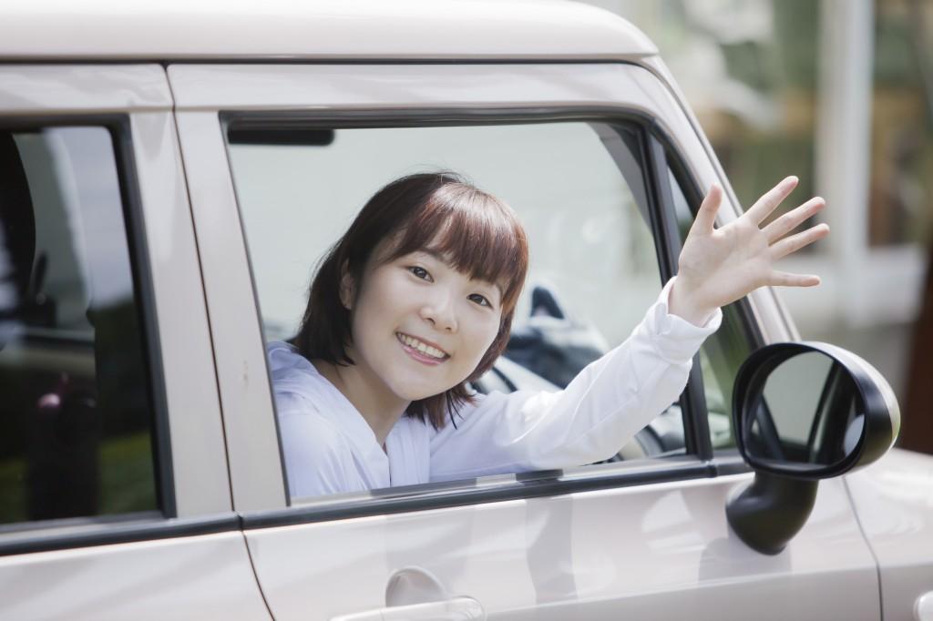 若い女性が乗る車