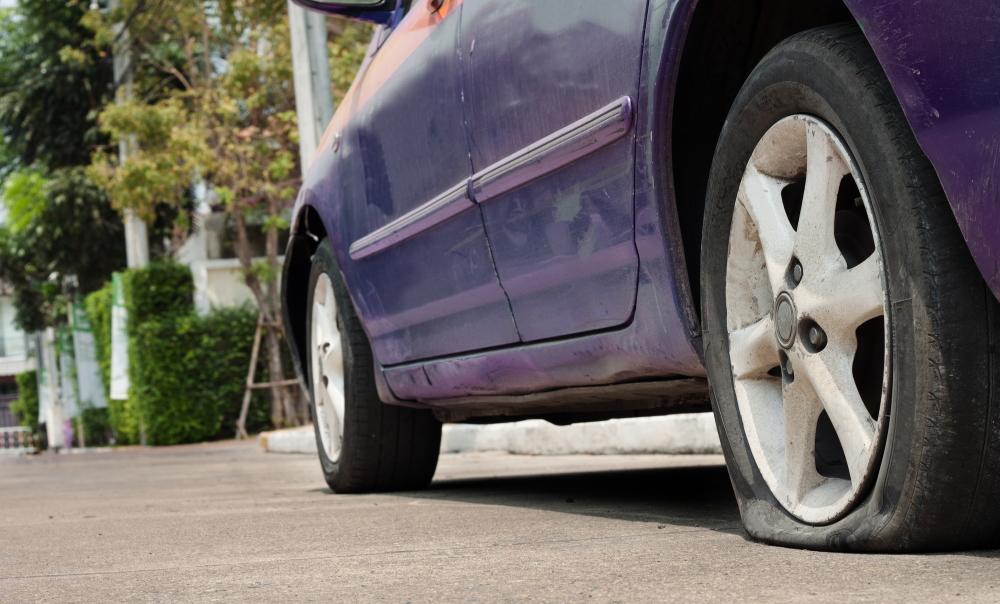 釘等により後輪がパンクした車