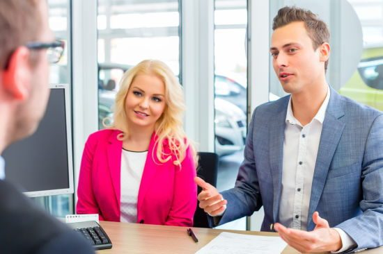 車の値引き交渉をする男女