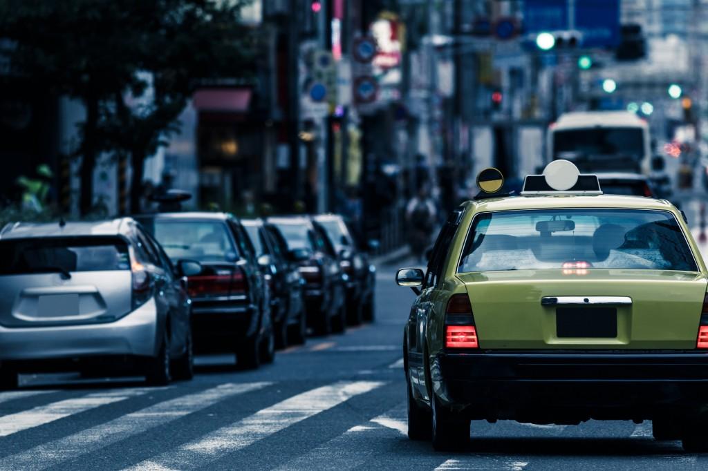 街中を走るタクシー