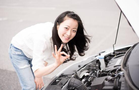 車の点検をする女性