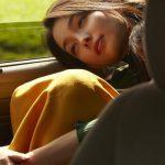 車の中で落ち込む女性