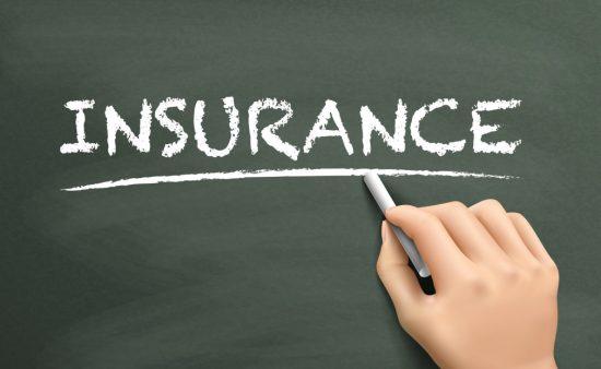 黒板に書かれた「保険」の英字