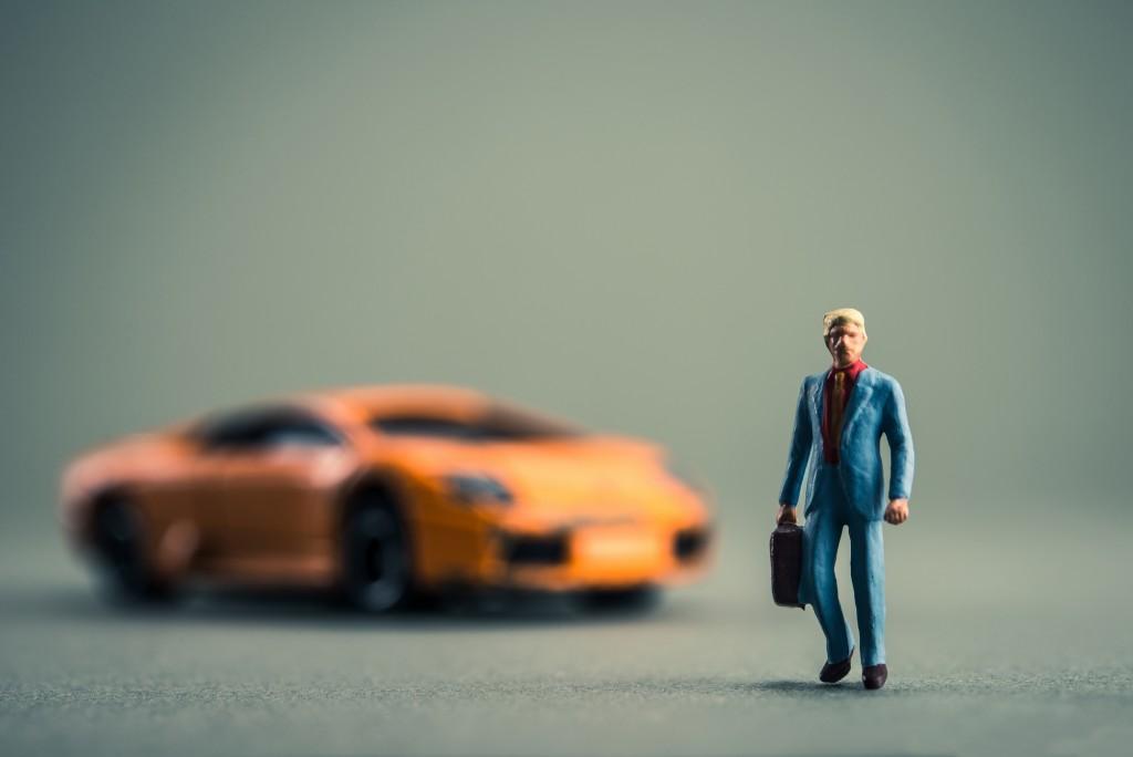 高級外車に乗るビジネスマン