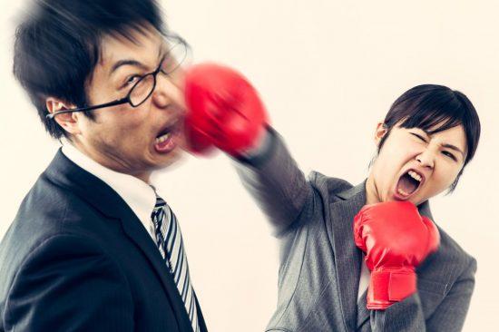 対応に怒る女性