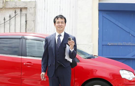 車の査定をするビジネスマン