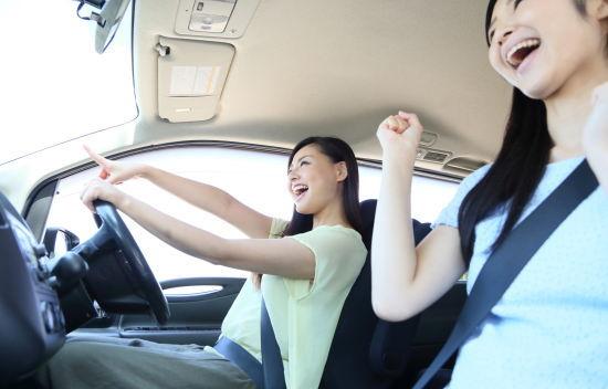 女性二人でドライブ