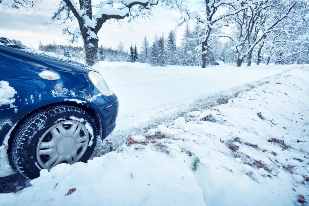 スタッドレスタイヤで雪道を走る