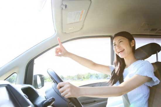 気楽に運転する女性