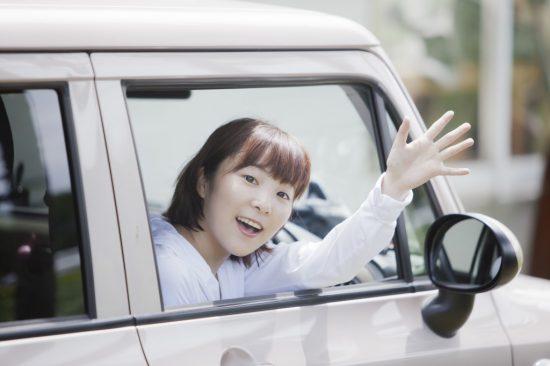 軽自動車に乗る女性