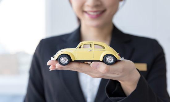車の模型を持つ女性