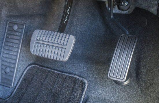中古車のアクセルとブレーキのチェックポイント