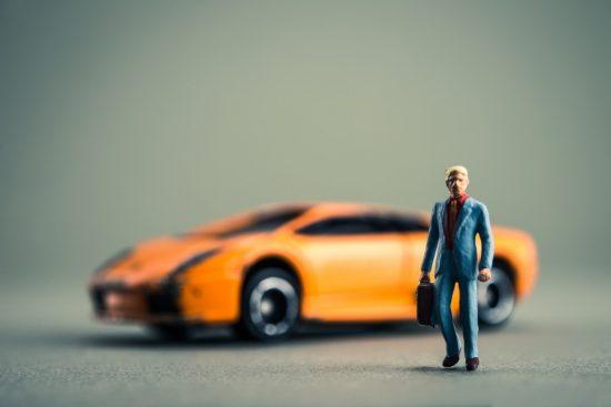 スポーツカーと男性