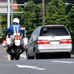 スピード違反の罰金や点数の一覧表!一発免停や免許取り消しになる速度は?
