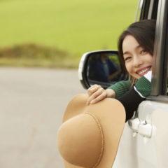 車から後ろを振り向いている女性